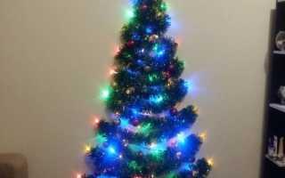 Самодельная настенная новогодняя ёлочка из мишуры и гирлянды